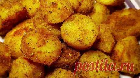 Еще один интересный рецепт из серии «Быстро, просто и очень вкусно»: ароматный хрустящий картофель в духовке. На подготовку этого блюда вы затратите всего несколько минут, а результат впечатлит абсолютно всех. Яркий, румяный картофель с хрустящей корочкой и нежной серединкой – это настоящее объедение.
