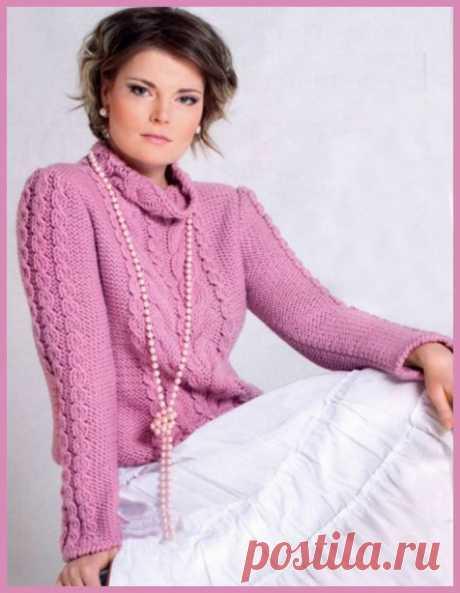 Укороченный свитер розового цвета.