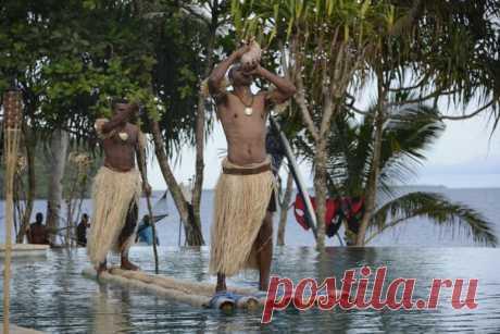 «Мы смеёмся над историями о людоедах, как вдруг за поворотом появляется фиджиец с огромным тесаком. Он неспешно точит лезвие и с интересом рассматривает нашу группу. «Ищет того, кто потолще», — проносится в голове». Корреспондент «NGT Россия» отправился на острова Фиджи, чтобы проверить, существует ли рай на земле, выпить кавы вместе с местными жителями и попытаться поймать самую большую рыбу.