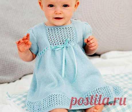 Голубое платье с ажурнымивставками Голубое платье для девочки вязаное спицами. Подол, рукава и кокетка украшены ажурными в