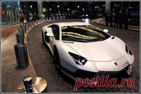 Ламборджинни возле отеля, Дубай. ОАЭ.