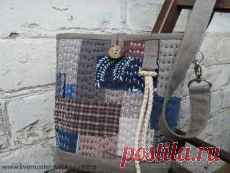Мастер-класс: шьем сумочку в стиле «боро» Со слов автора.Нам понадобятся:- лен и х/б ткани;- объемный флизелин или синтепон;- клеящий карандаш;- джинсовые нитки;- фурнитура металлическая.Для изготовления этой сумки предпочтительно выбирать т...