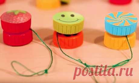 Как сделать игрушку йо-йо своими руками в домашних условиях | 33 Поделки Сегодня вы узнаете, как сделать игрушку йо-йо своими руками в домашних условиях. Мы подготовили для вас три пошаговых инструкции, которые описывают принципы изготовления этих игрушек из трех различных материалов. Будем делать йо-йо из жестяных банок, из пластиковых крышек, а также из деревянной катушки от ниток.
