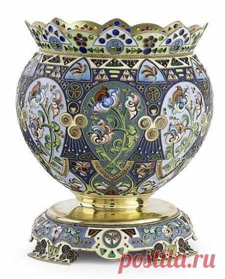 Период конца 19-го - начало 20-го века был эпохой расцвета искусства русских эмальеров. Эти изделия до сих пор имеют колоссальный успех на всех аукционах ведущих фирм мира. Они узнаваемы с первого взгляда благодаря своему характерному русскому стилю, который в тот период также переживал подъем.