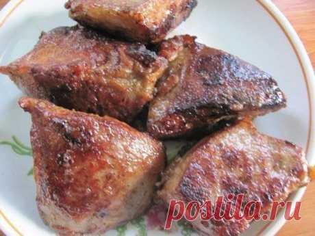 El hígado almidonado.\u000a\u000aAnte el freír marinar los trozos del hígado en la mezcla de 1 huevo, 1 cuchara del almidón, la sal y el pimiento. Tener el hígado en la marinada es no menos a 40 minutos, y más vale. Luego freír 1-1,5 horas. Resulta muy sabroso, que brilla pechenochka.
