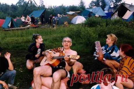 Человек с гитарой - это Бог в походе!...)))))