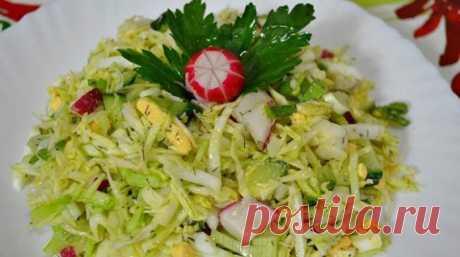 Вкусный салат из свежей капусты   Вкусный салат из свежей капусты станет замечательным дополнением к любому обеду или ужину. Ведь в его состав входят свежие, хрустящие витаминные овощи и много сочной зелени. Все это приправлено люби…