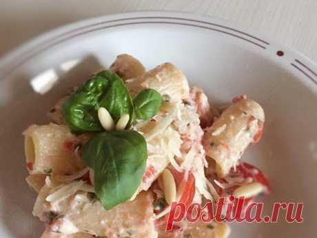 Летняя паста… Итальянские рецепты. Una pasta per L`estate. В жару хочется свежести?! Пожалуйста… Освежающая летняя паста с базиликом, помидорами, чесночком, кедровыми орешками и оливковым маслом:))) Необычное сочетание горячей пасты и холодного соуса приятно разнообразит привычное питание…  Сытность блюду может придать любой сыр: свежая холодная рикота, тертый пармезан или любой на ваш выбор, просто под настроение дня… Итальянцы любят пасту с рикотой. И добавляют столовую