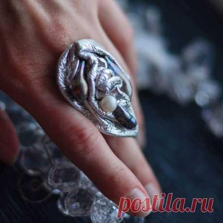 Как и обещала, показываю украшения со скидкой! Кольцо из металлизированной итальянской кожи оттенка яркого серебра и барочного жемчуга. Размер регулируется. 1300р или 7500 тг