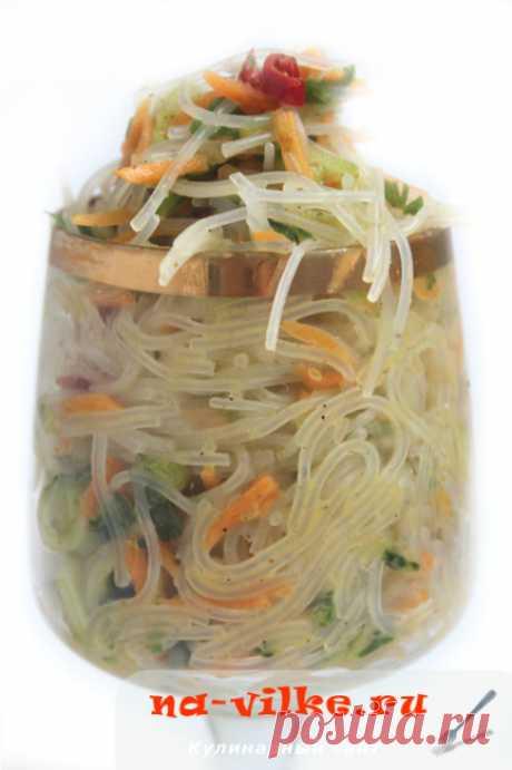 Салат из фунчозы с морковью и огурцом по-корейски