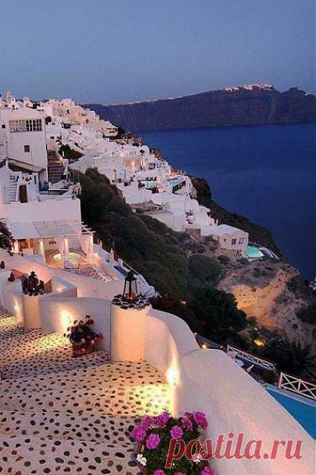 САНТОРИНИ, ГРЕЦИЯ.  Если Париж считается одним из самых романтичных городов мира, то Санторини - самый романтичный из островов. Это один из самых красивых островов Греции
