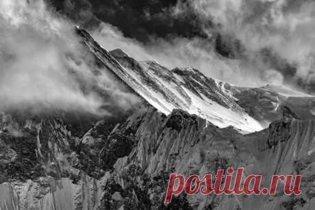 Las montañas grandes. La región Annapurny, Nepal. El autor de la foto – Aleksey Zavodsky: nat-geo.ru\/photo\/user\/15184\/