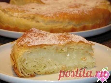 Безумно вкусный египетский пирог Фытыр  Ингредиенты:    Молоко 3 ст.  Дрожжи сухие быстродействующие 0,5 ч.л.  Яйцо куриное 2 шт.  Мука пшеничная 3 ст.  Масло сливочное 200 г  Соль 1 щеп.  Сахар 1 ст.  Крахмал картофельный 3 ст.л.  Ванильный сахар по вкусу  Сахарная пудра по вкусу    Приготовление:    В 1 ст. теплого молока растворяем дрожжи, добавляем одно яйцо, соль, муку и замешиваем мягкое и эластичное тесто.  Тесто делим на две равные части,  каждую часть раскатываем....