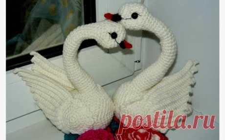 Вязаные лебеди. Мастер-класс Мастер-класс: вязаные крючком лебеди. Эти лебеди могут служить не только игрушкой, они могут стать замечательным свадебным украшением или просто сувениром, который можно подарить друзьям, знакомым…