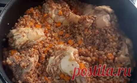 Гречка как плов: готовим на большой сковороде | Краше Всех Гречка может стать не просто гарниром, а частью вкуснейшего сытного блюда. Гречку можно готовить как плов – с овощами, мясом и луком. Получится почти настоящий, сытный плов – лучшее блюдо для холодной погоды. Ингредиенты почти повторяют плов. Мы будем использовать курицу, лук и морковь, а также специи. И, конечно же, мы возьмем гречку. Готовим поэтапно, как настоящий плов. Сначала обжариваем на сковороде мелко поре...