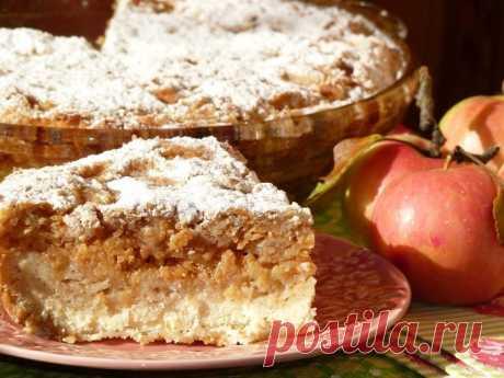 El pastel búlgaro con el requesón y las manzanas