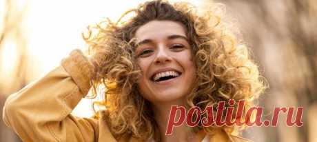 От улыбки не только хмурый день становится светлее. Исследования показывают, что улыбчивые люди кажутся окружающим более привлекательными и уверенными в себе, они больше зарабатывают и легче получают повышения на работе. Разбираемся, на какие еще чудеса способна такая простая вещь, как улыбка. #психологияличности #познаниесебя #улыбка #оптимизм