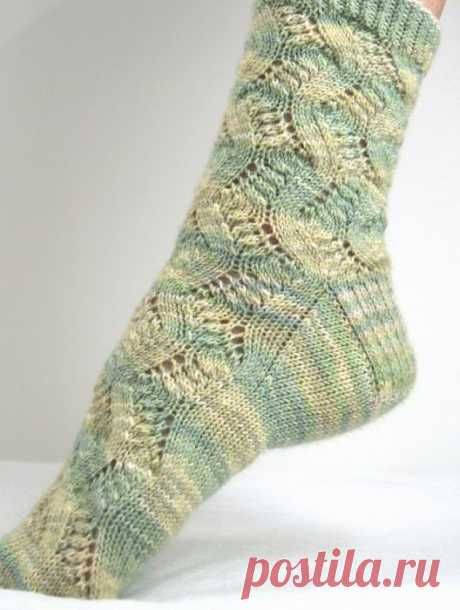 Ажурные тёплые носочки спицами  Мои знакомые с удовольствием носят подобные носки. Это очень неплохой подарок своими руками  Размер: Длина стопы растягивается до 28 см. Высота носка от пятки около 30 см. Ширина носка: 15 см.  Понадобится: 150 г. пряжи (Blue Moon Fiber Arts Socks That Rock Lightweight [100% супервош меринос; 370 м. в 155 г.]) Чулочные спицы № 2,5 или иные подходящие по плотности. Иголка для пряжи  Плотность вязания: 30 пет./44 р. = 10х10 см. лицевой гладью....