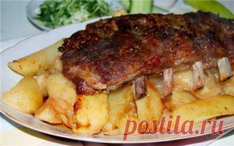 Los bordes fabulosamente sabrosos de cerdo con las patatas en la manga. ¡La carne se deshace en la boca!