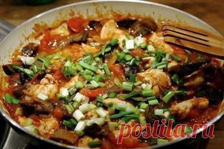 Курица по-итальянски (Каччиаторе) Рецепт на 4 порции, в одной порции 212ккал.  450 г куриных грудок, порезанных кусочками 1 чашка порезанного лука 4 дольки чеснока, измельчить 2 чашки томатов, консервированных кусочками 1 ч. ложка орегано 1 ч. ложка базилика 2 чашки томатного пюре  1. Порежьте грудки кубиками и выложите на противень, политый небольшим количеством оливкового масла. Поставьте противень в духовку. 2. Готовь грудки примерно полчаса, потом добавь лук и чеснок. ...