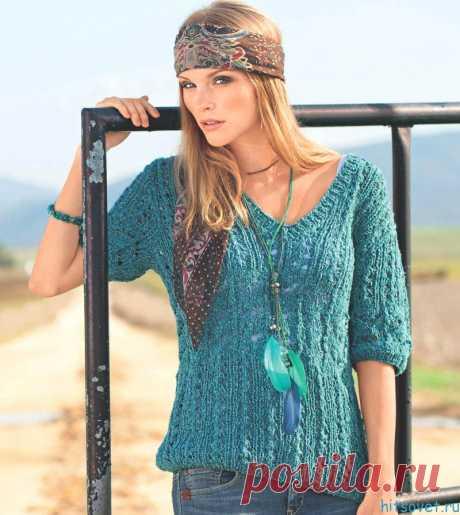 Бирюзовый пуловер спицами - Хитсовет Бирюзовый пуловер спицами. Свободный ажурный пуловер выполнен из твидовой пряжи, в состав которой входит шёлк и хлопок. Яркий цвет подчёркивает красоту узоров.