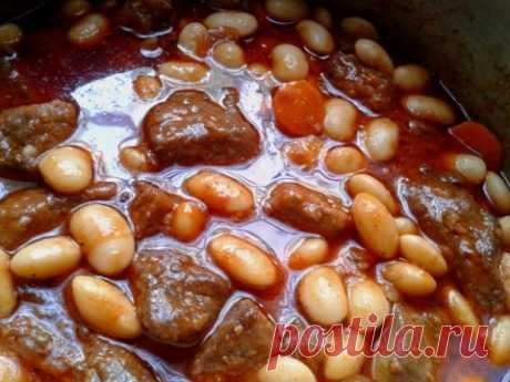 Печень тушёная с фасолью в томатном соусе