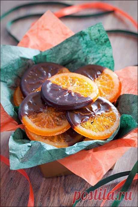 КАРАМЕЛИЗОВАННЫЕ АПЕЛЬСИНЫ В ШОКОЛАДЕ Среда, а значит... Мы вам еще не надоели? Надеюсь, что нет;) У нас с Наташей и Викой сегодня Naranjas confitadas bañadas en chocolate/Карамелизованные апельсины в шоколаде от Маши-mama_fenix, а у меня еще кое-что невозможно вкусное! слова автора На 4-6 апельсинов (в зависимости от размера) 600 г…