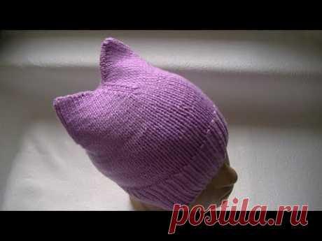 La labor de punto del gorro con ушками.Knitting a hat with ears (cat's ears)