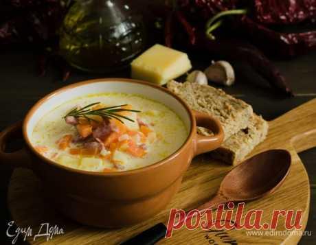 Сливочно-сырный суп с ветчиной. Ингредиенты: лук репчатый, морковь, оливковое масло