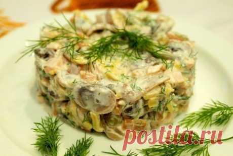 Вкусный салат с копченой курицей и грибами. Гурманы оценят!