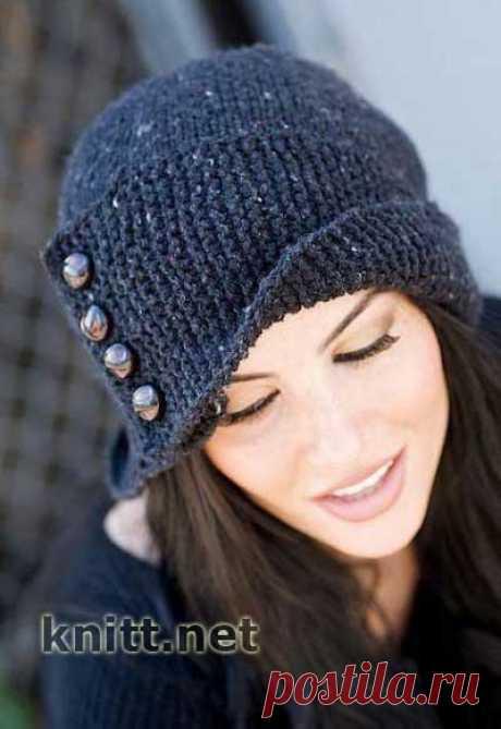 Вязаная спицами шапка с пуговицами и отворотом.