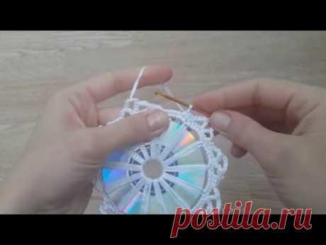 El copo de nieve por el gancho en base a CD del disco la parte 1 (snowflake crochet cd)