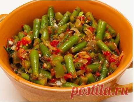 Лобио  Это грузинское блюдо любят очень многие. Однако не все знают, что лобио можно приготовить также и с зеленой стручковой фасолью.  Ингредиенты:  стручки зеленой фасоли – 500 г, помидоры – 500 г, грецкие орехи – 100 г, лук – 1-2 шт., чеснок – 1-2 зубчика, зелень (петрушка, кинза, базилик), перец чили – по вкусу, соль, перец – по вкусу.  Как приготовить:  Помидоры на несколько минут опустите в кипяток, затем снимите с них кожицу. Пюрируйте помидоры блендером или протрит...