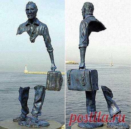 Скульптор Бруно Каталанто < памятник эмигратам> покидающим Родину.......с пустотой внутри.....и в никуда.........