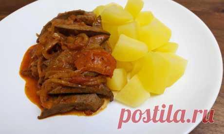 Тушеная свиная печень с помидорами и перцем. Быстрый рецепт нежной свиной печени, тушеной с луком, помидорами и сладким перцем. Для аромата добавляем майоран, чеснок и паприку.