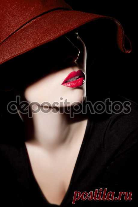 Фотообои «Красивая женщина в шляпе и красные губы», купить в интернет-магазине «Первое Ателье»™ Фотообои артикул 38447 для декора Вашего интерьера. ✔ Заказывайте! Оплата при получении. Недорого. Срок 1-2 дня. Цена и фото на сайте. ⛟ Быстрая доставка.