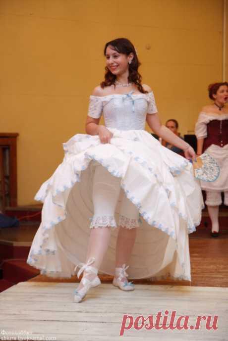 корсет, нижняя юбка-кринолин на кольцах и панталоны