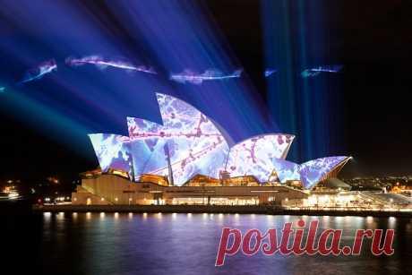 Пейзаж крупнейшего австралийского города — Сиднея — однозначно узнается среди тысяч других городов мира благодаря всего двум элементам: арочному мосту Харбор-Бридж и необыкновенному зданию многопрофильного театра, более известному под именем «Опера-хаус»В списке объектов Всемирного наследия ЮНЕСКО (Opera House), одному из самых знаменитых зданий в мировой архитектуре.