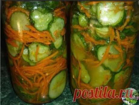 Огурцы с морковью по-корейски. 2,5 кг.огурцов, 300 гр.моркови, 250 гр.чеснока, 250 гр.раст.масла, 250 гр.6% уксуса или 1 ч.л.лимонки  на 250 гр.воды, 1/2 ст.сахара, приправа по-корейски 1-2 пачки(на любителя), 1,5 ст.л. соли. Огурцы режем на 4 части,морковь на корейской тёрке,чеснок через давилку,всё перемешать,оставить на ночь,разложить по банкам 0,7 и стерилизовать 10-15 мин. Закатать и в шубу. Получилось 5-0,7 банок.