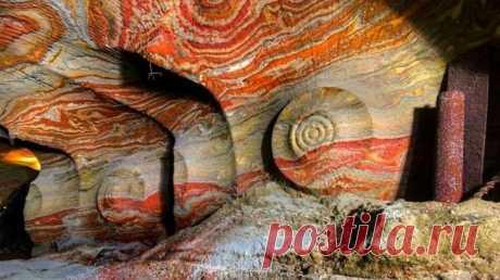 Психоделическая соляная пещера под Екатеринбургом Кажется, что эти узоры имеют какое-то внеземное происхождение, но на самом деле эта удивительная и красочная соляная пещера расположена под Екатеринбургом. Стены заброшенной соляной шахты покрыты псих...