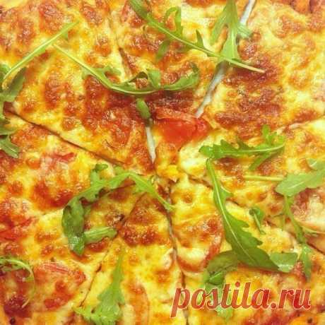 Пицца.  Этот рецепт теста для пиццы, наконец, успокоил мой вкус. Очень долго я его искала и вот, гастрономическое счастье наступило. Пеку я их сразу по 2-3 штуки. Для тех, кто любит легкие пиццы на тонком тесте, посвящается. В общем, вот, он, идеал пиццы.  Вам потребуется:  Для теста: 0,25 стакана молока (можно холодного) 0,3 стакана кипятка 1 ч.л. сухих жрожжей 1/2 ч.л. соли 1 ст.л. оливкового масла 1,5 - 2 стакана муки (по рецепту ушел 1 стакан, но тесто получается совсе...