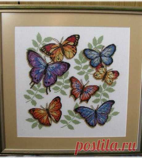 Яркие летние бабочки Яркие летние бабочкиЯркие летние бабочки присядут у вас на кайму, чтобы вы могли вставить их под рамку.
