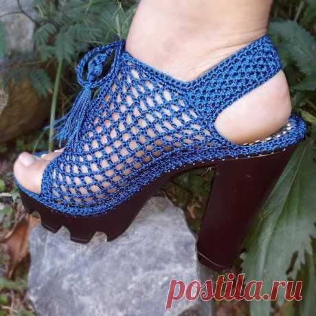 Las sandalias tejidas por el gancho. Las Clases maestras
