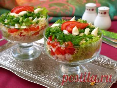 Салат с сардинами, яйцом и помидорами Салат с сардинами, яйцом и помидорами очень вкусный и несложный салат для вашего меню. Салат можно приготовить как в будни, так и в праздники на завтрак или ужин.