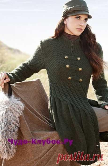 Пальто-баллон в милитари стиле вязаное спицами 145 | ✺❁сайт ЧУДО-клубок ❣ ❂✺Двубортная застежка с металлическими пуговицами напоминает военный костюм. В остальном темно-зеленое вязаное пальто выглядит супермодно и может стать ❂ ►►➤6 000 ✿моделей вязания ❣❣❣ 70 000 узоров►►Заходите❣❣ %