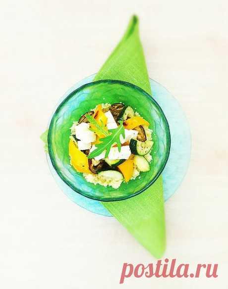 La ensalada caliente con zapechenymi hortalizas y kus-kusom (el Alcuzcuz, kus-kus — el plato fabricado del grano, magribskogo o el origen beréber; también el alcuzcuz llaman el grano mismo.)