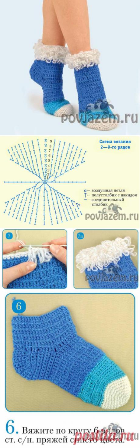 Los calcetines tejidos por el gancho con la orla pomposa