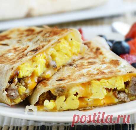 Буррито с яичницей и колбаской к завтраку.