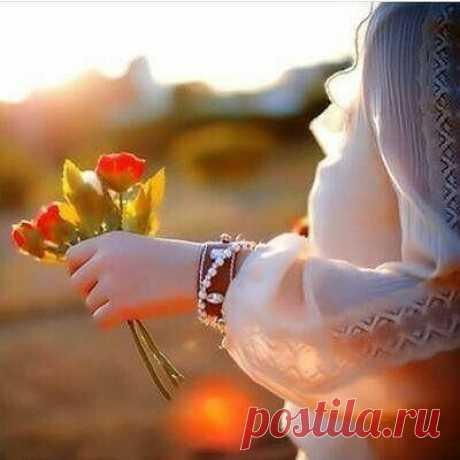 Толькобы не забыть, Не растерять в быту, Способность вот так любить И веру в свою мечту. Толькобы продолжать В будущее смотреть, Памяти не давать Смыслами завладеть. Лишьбы сегодня жить, Лишьбы не жить вчера! Только«я есть» говорить, И никогда— «была»…  ©Мальвина Матрасова180