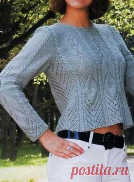 """Вязание короткого пуловера спицами Модный пуловер серого цвета укороченного силуэта связан спицами. В этом пуловере хорошо сочетаются несколько разных узоров. Это и ажурная перевернутая """"елочка"""", и ромбы, заканчивающиеся веточкой с листьями."""